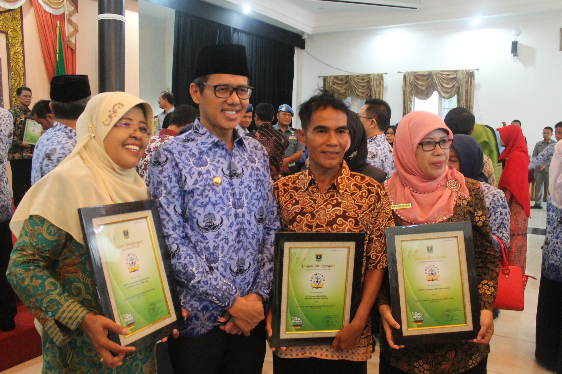 53 Sekolah Ditetapkan sebagai Sekolah Adiwiyata Provinsi Sumatera Barat Tahun 2016