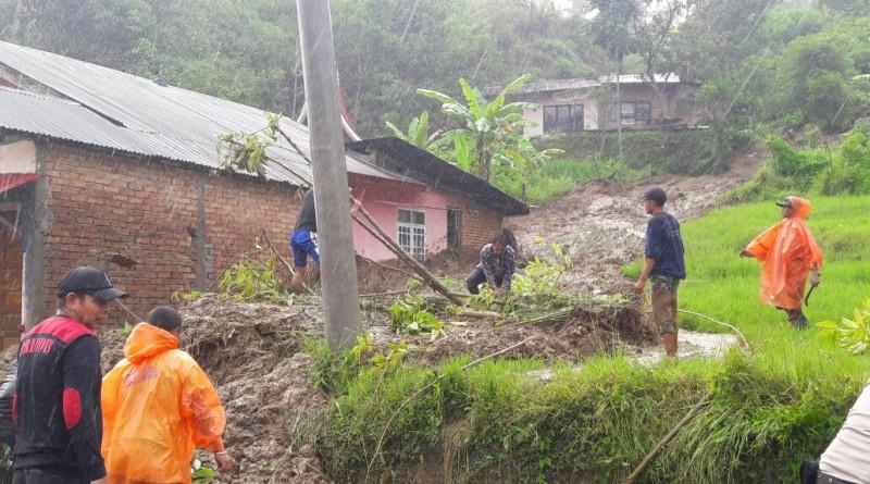 Curah Hujan Tinggi Mengakibatkan 4 Kecamatan di Agam Terlanda Longsor