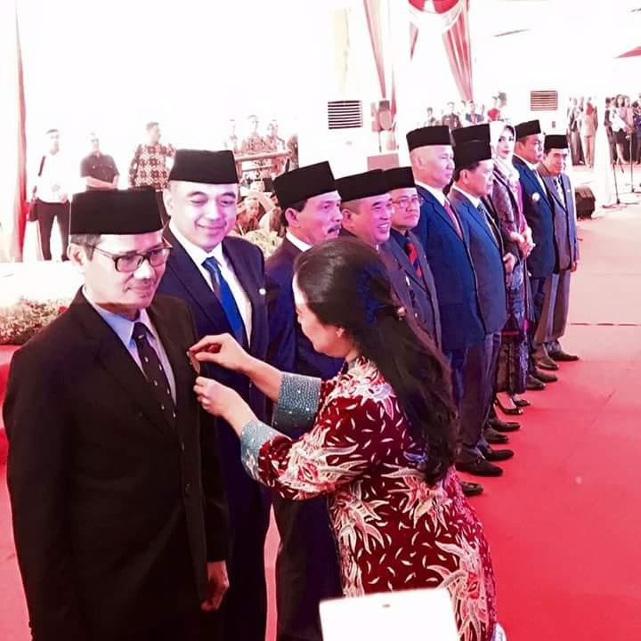 Gubernur Irwan Prayitno Terima Tanda Kehormatan Satyalancana Pembangunan