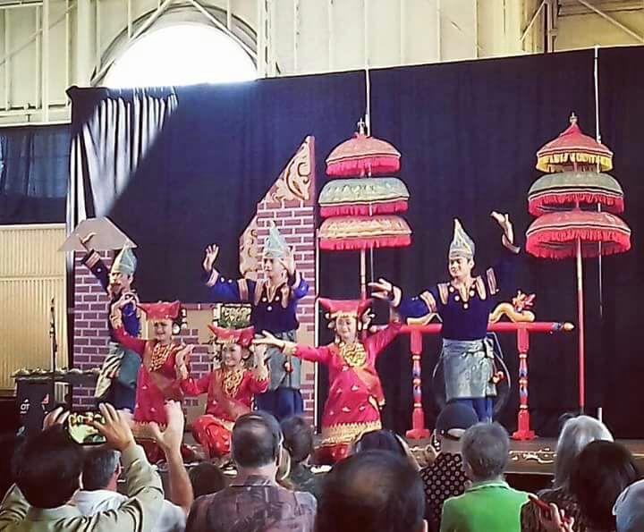Tari Piring di Atas Kaca Meriahkan Penutupan Indonesian Festival 2017