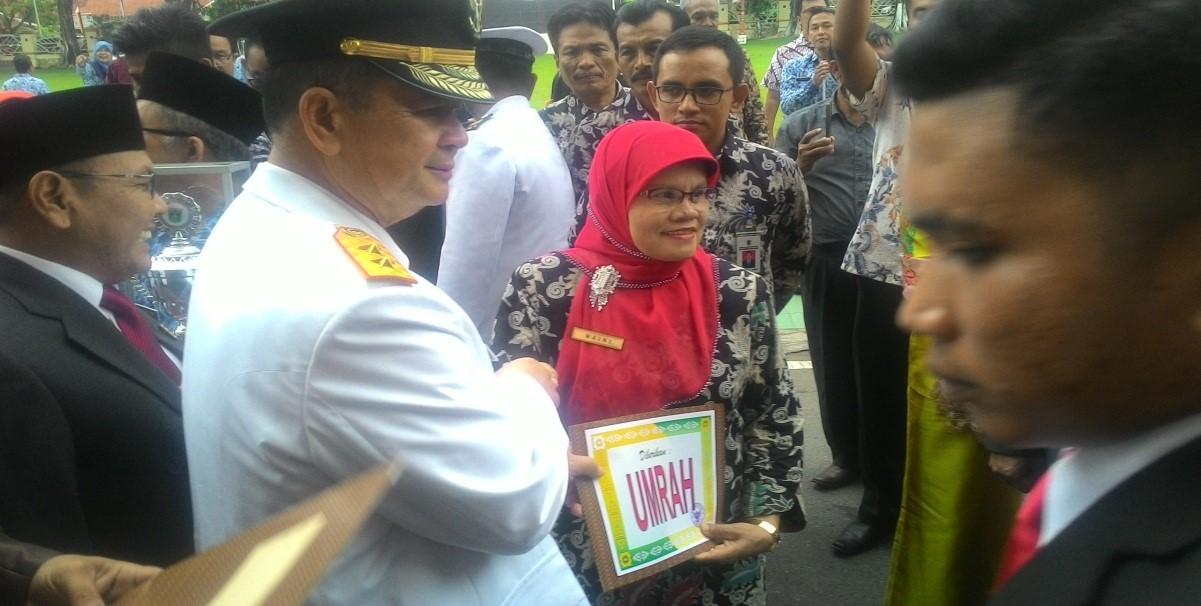 Penyerahan Hadiah Penilaian Dinas Kependudukan Kabupaten/Kota  se Sumatera Barat Terbaik Dalam Pelaksanaan Administrasi Kependudukan dan Pencatatan Sipil Tahun 2017