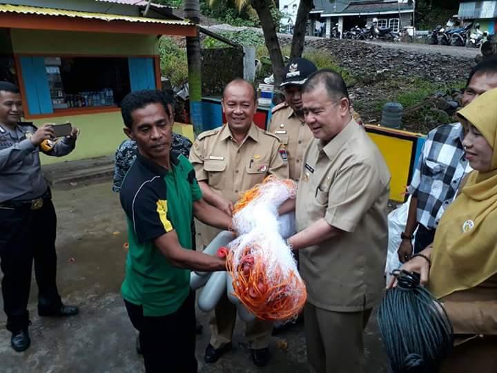 Wagub Nasrul Abit Serahkan Bantuan Alat Tangkap Udang dan Ikan