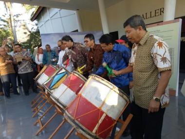 Gubernur Irwan Prayitno Buka Pameran Senirupa dan Industri Kreatif