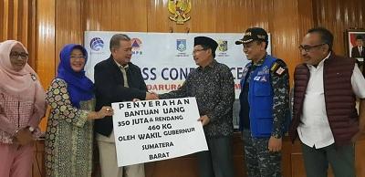 Wagub Nasrul Abit Serahkan Bantuan Pemprov Sumbar Uhtuk Penanggulangan Bencara Gempa Lombok