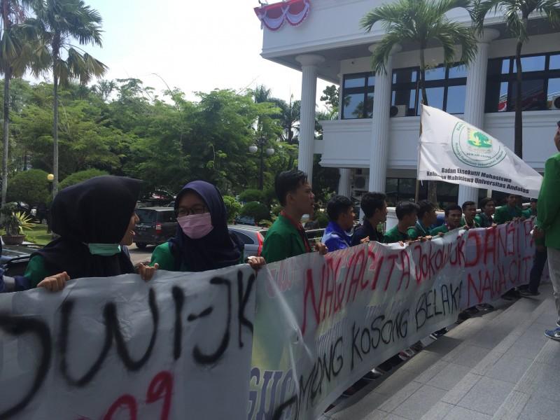 Mahasiswa Gelar Unjuk Rasa Tagih Janji Pemerintahan Jokowi-JK di DPRD Sumbar