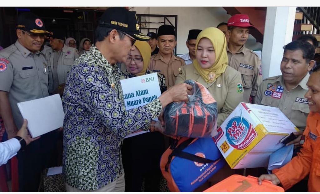 Gubernur Serahkan Bantuan Untuk Warga Terdampak Banjir Di Kabupaten Solok