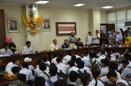 Kurang Puas Dengan Kinerja Kepsek. Murid SMA 5 Padang Mengadu Ke DPRD Sumbar