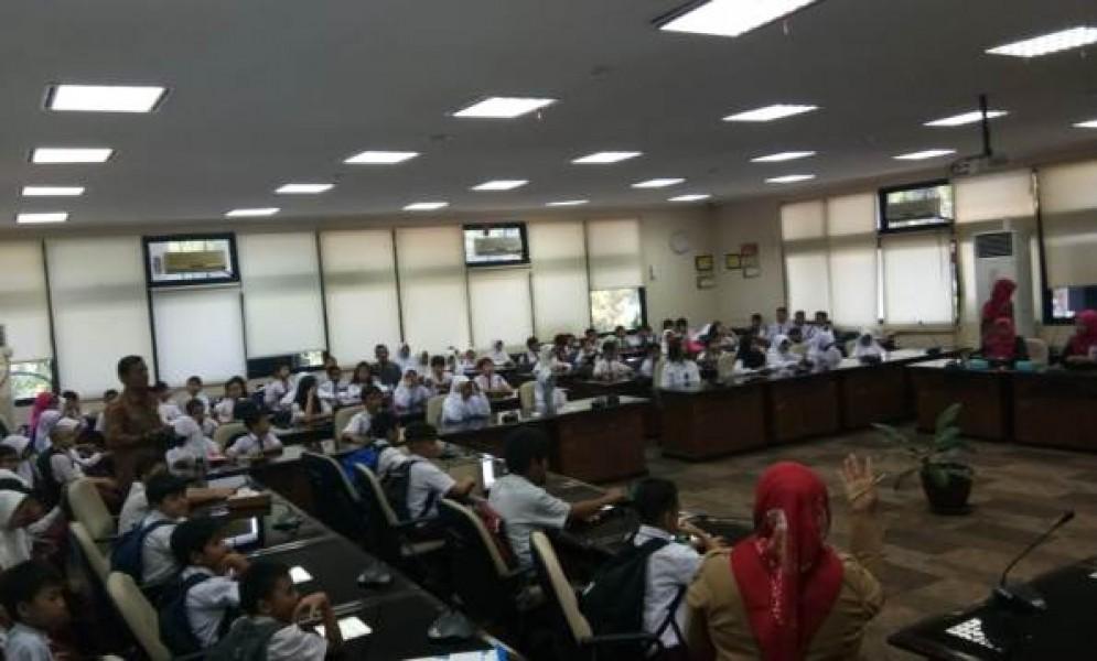 Siswa SD Yari School Berkunjung ke Gedung DPRD Sumbar