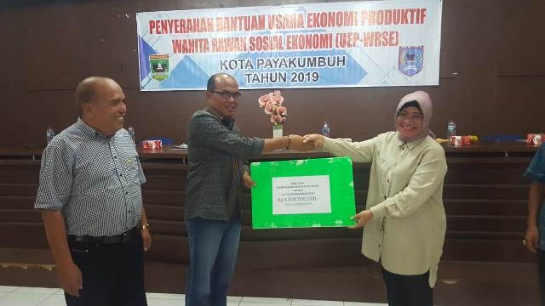 Ketua DPRD Sumbar Serahkan Bantuan UEP WRSE di Payakumbuh
