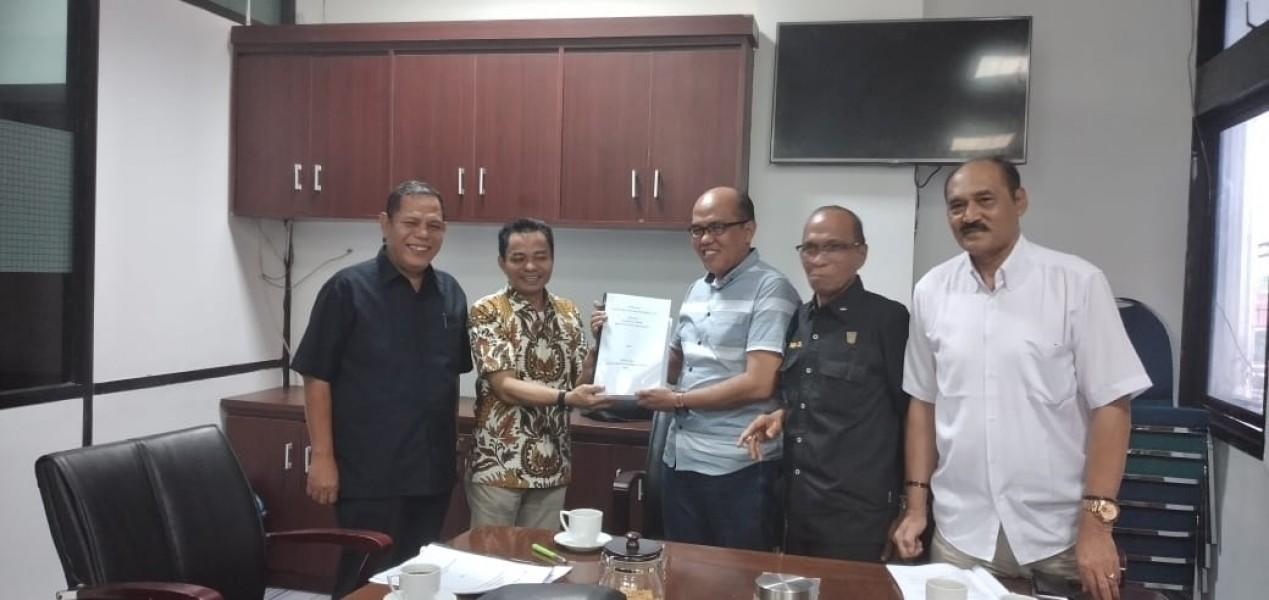 Dokumen Interpelasi Resmi Diserahakan ke Ketua DPRD Sumbar