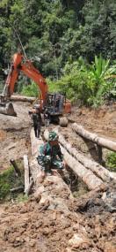 Kodim 0319/Mentawai Berjibaku Tembus Hutan Sipora
