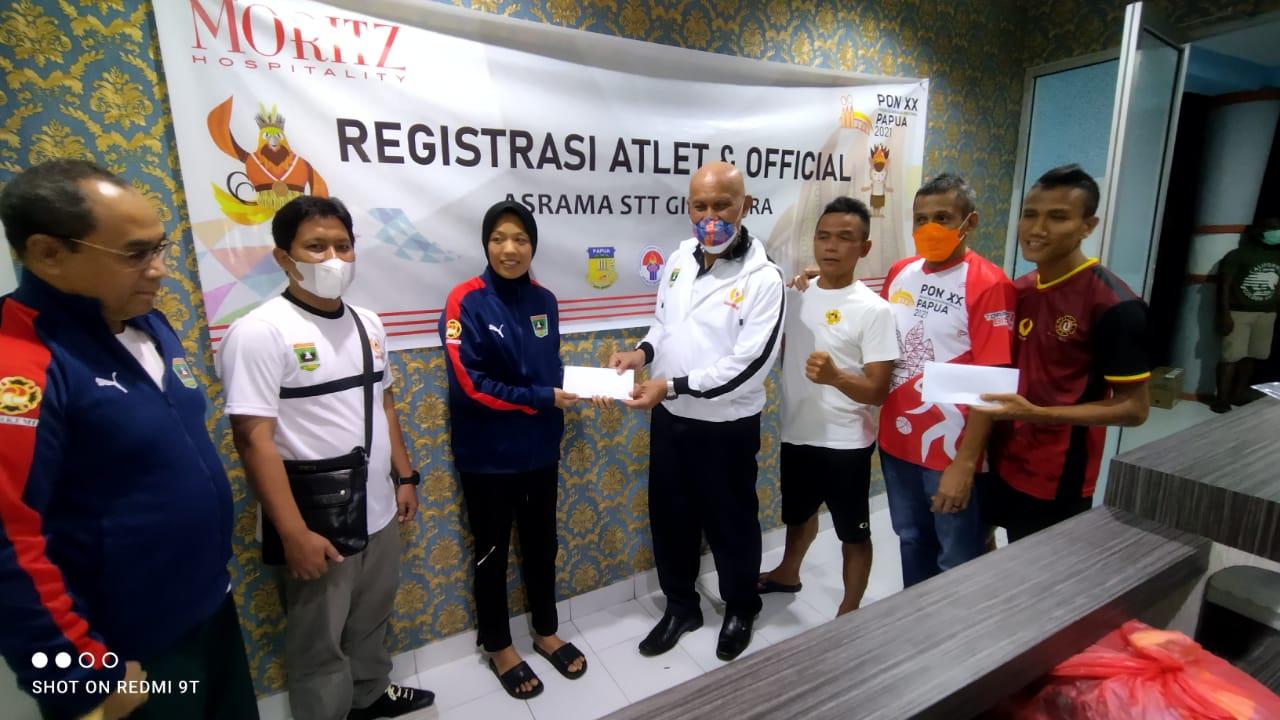 Kunjungi Atlet PON XX Papua, Gubernur Sumbar Bagikan Bonus Spontan